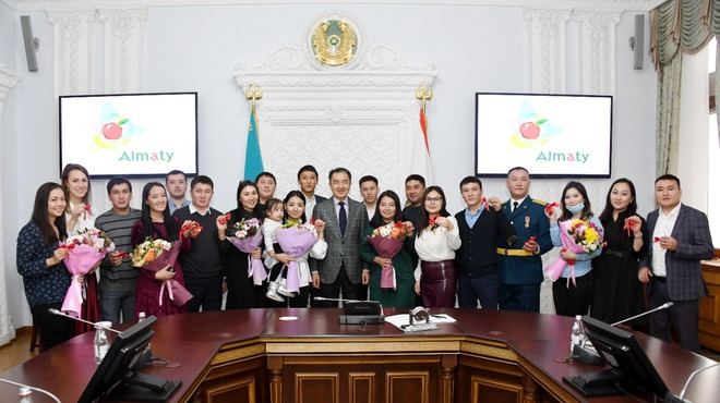 Бакытжан Сагинтаев вручил ключи от квартир работающей молодежи
