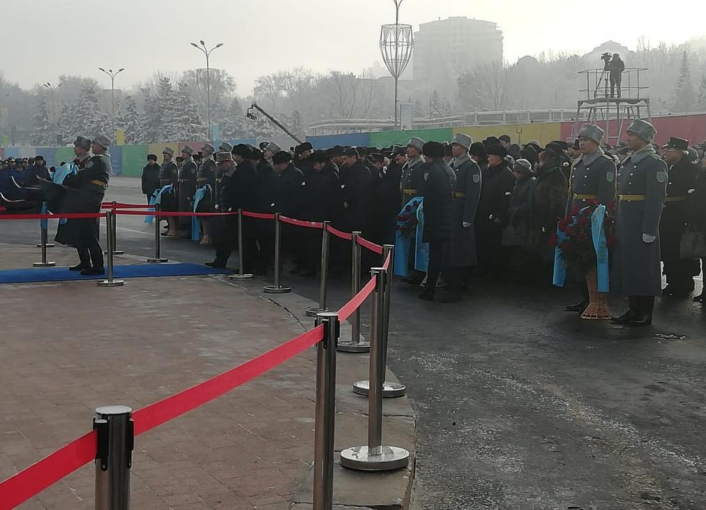 """В Алматы состоялось возложение цветов к монументу """"Тәуелсіздік"""""""