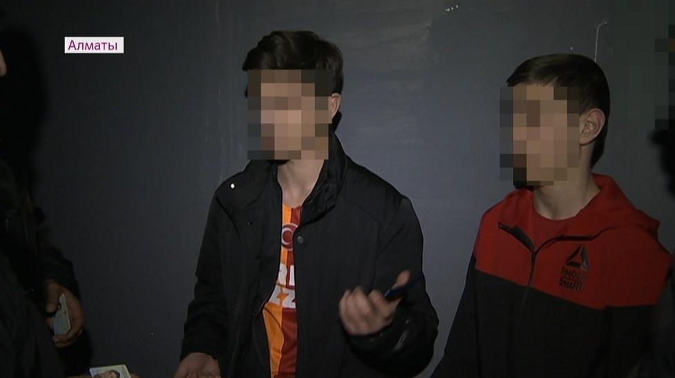 За ночные прогулки в Алматы начали штрафовать подростков и их родителей