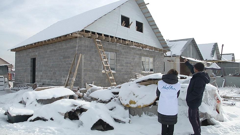 Партийцы от Nur Otan помогают многодетному отцу со строительством дома