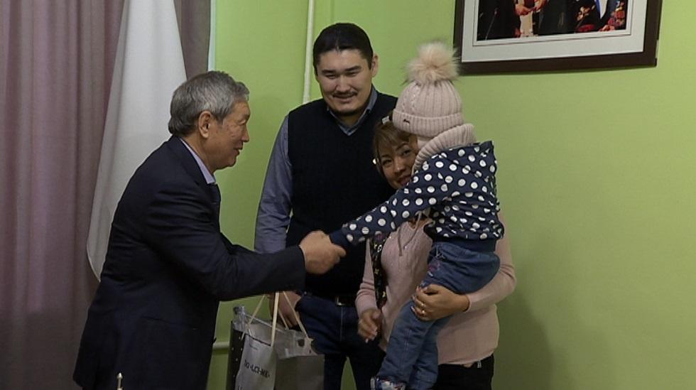 Новогодние подарки детям Турксибского района вручили в филиале Nur Otan