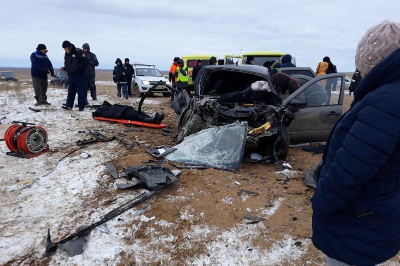 Лобовое столкновение автомашин в Атырауской области: двое погибших, шестеро пострадавших