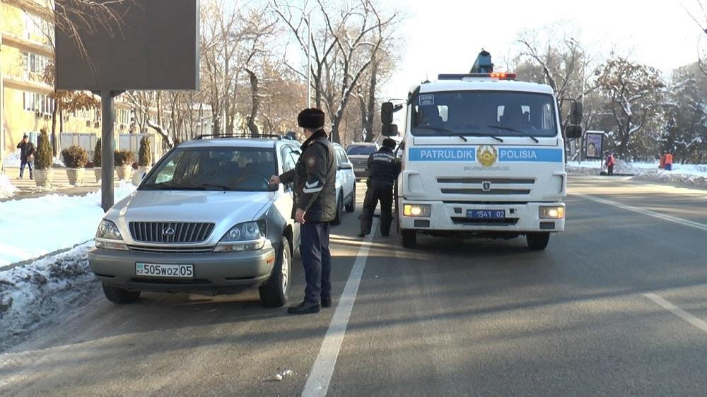Полицейские Алматы наказывают водителей за парковку на спецполосе для общественного транспорта