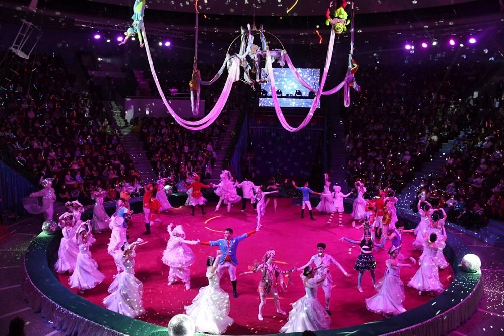 В Алматы устроили новогоднее представление для 1700 детей