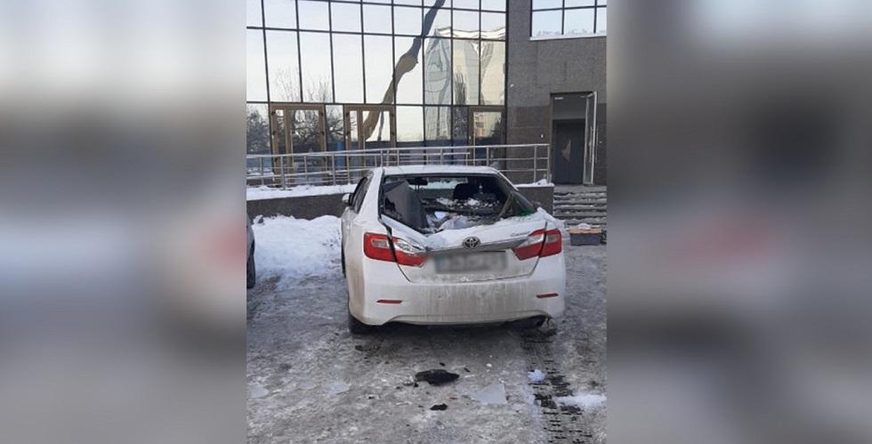 Глыба льда упала с 33 этажа и разбила авто в Алматы