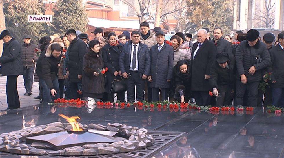 Память погибших в авиакатастрофе почтили у Вечного огня в Алматы