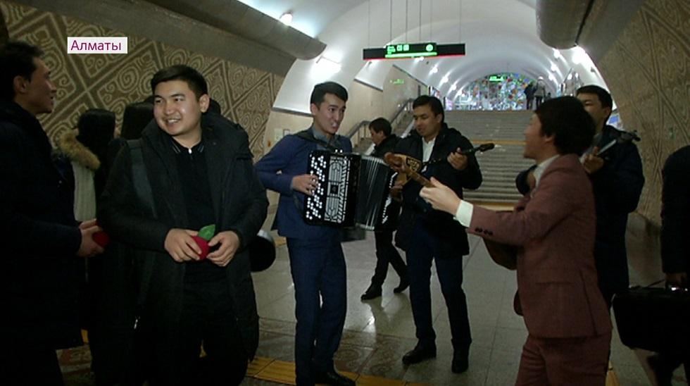 Новогодний флешмоб проходит в метрополитене Алматы