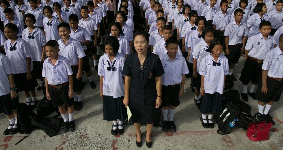 Проверка на патриотизм: школьников Таиланда, исполняющих гимн, наказывали за тихое пение