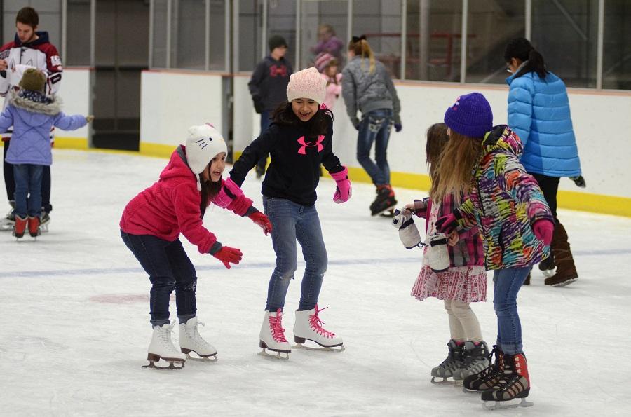 Бесплатные уроки катания на коньках организовали воспитанникам SOS-детской деревни в Алматы