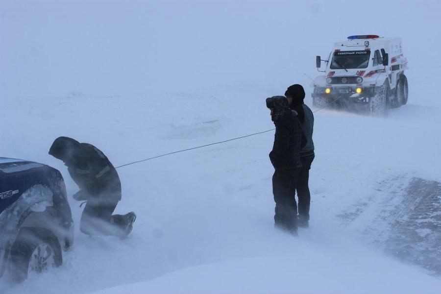 Павлодар облысында қардан 400-ге жуық көлік шығарылды