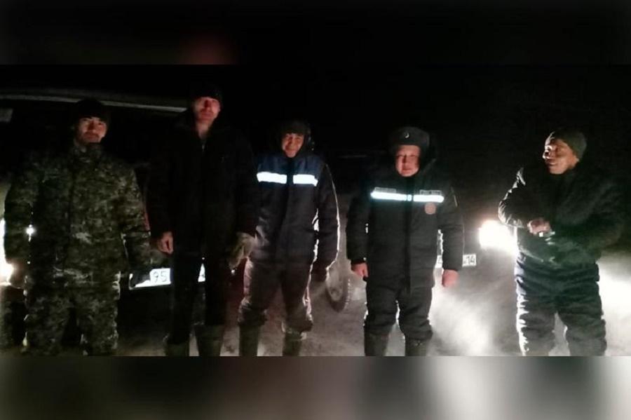 Спасатели обнаружили в степи двух пропавших парней
