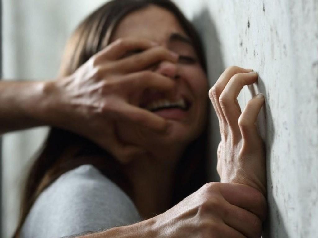 Мужчина изнасиловал 17-летнюю спящую студентку