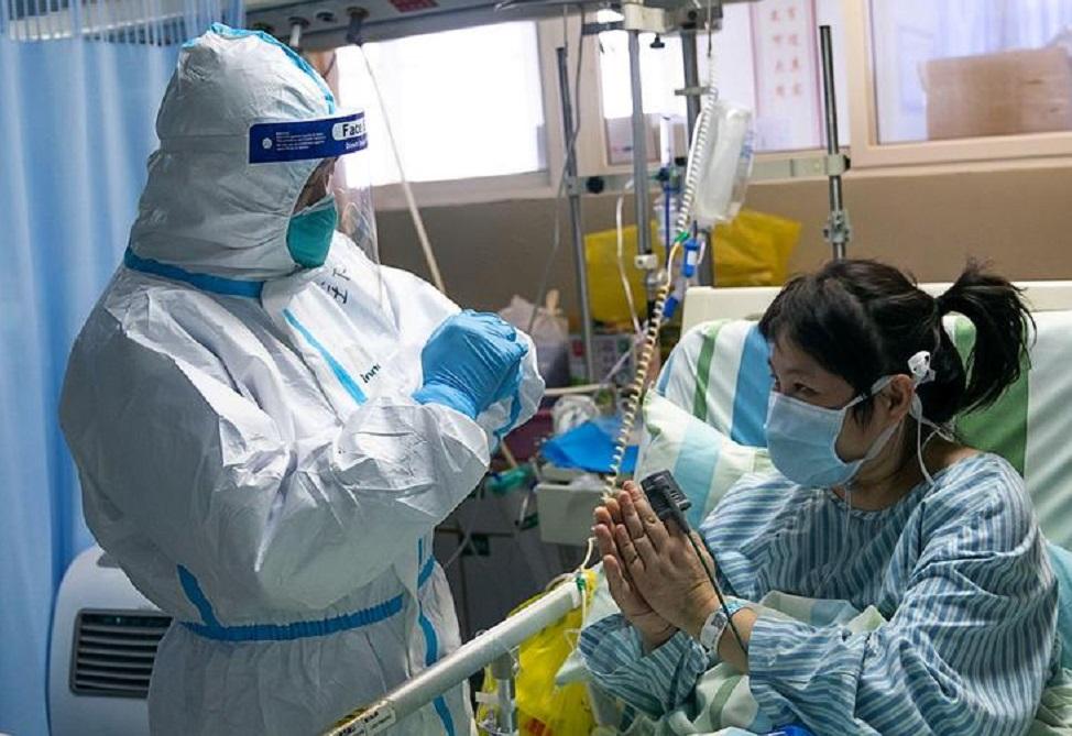 Коронавирус в Китае: врачи в больницах стригутся налысо и носят подгузники