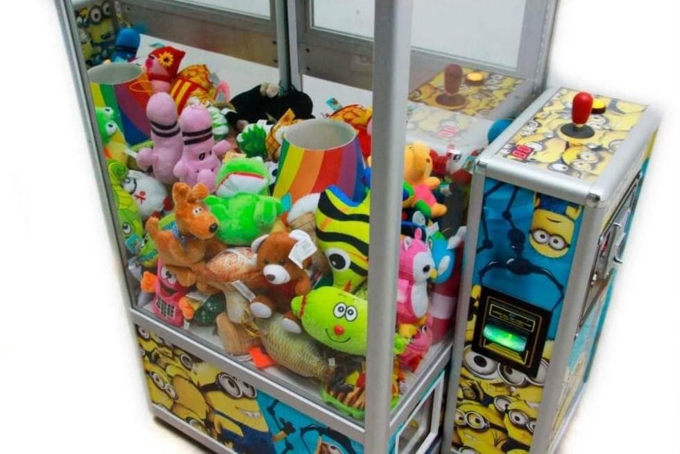 Нервы не выдержали: мужчина взломал аппарат «хватайка» и раздал игрушки детям