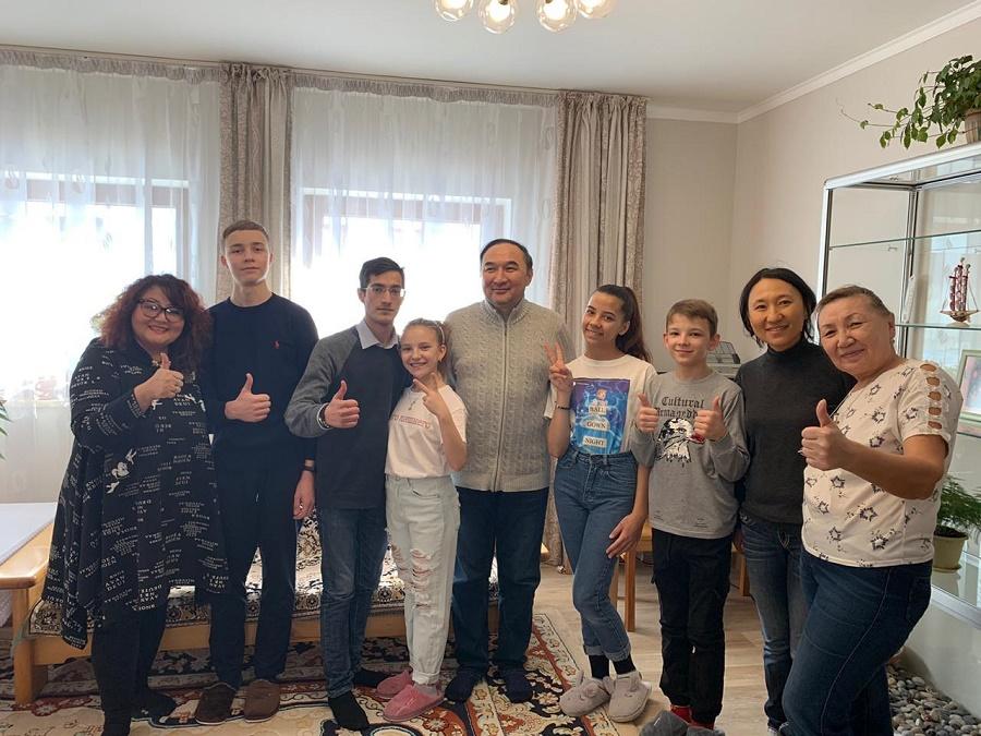 Заместитель акима Алматы Е. Бабакумаров посетил детскую SOS-деревню