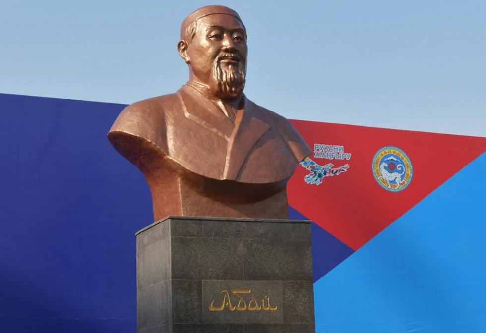 Известные писатели участвовали в торжественном открытии бюста Абая в Алматы