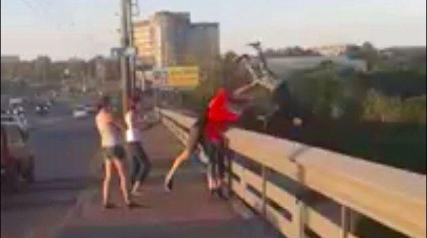 Девушку сбросили с моста