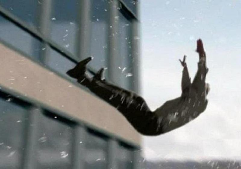 Пьяный студент выпал из окна во время застолья