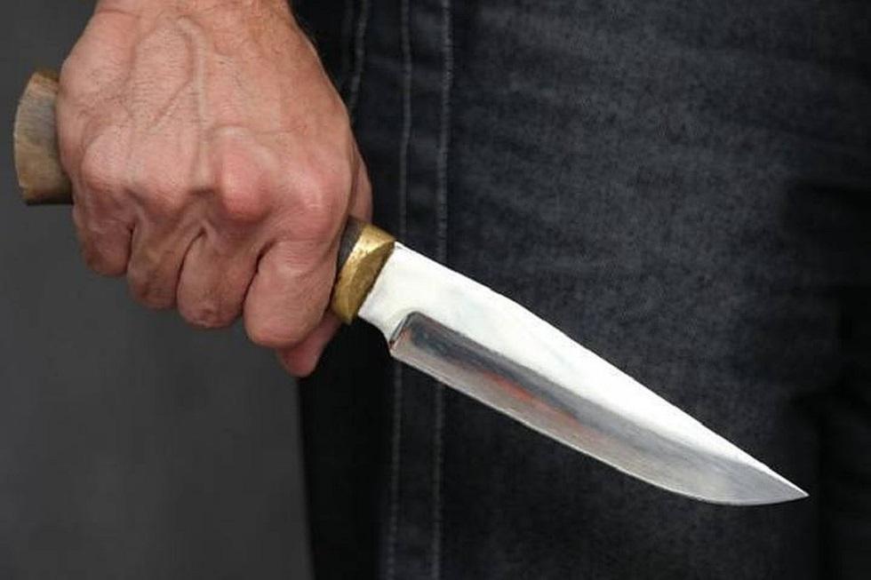 Преступник ранил ножом двух мужчин и скрылся
