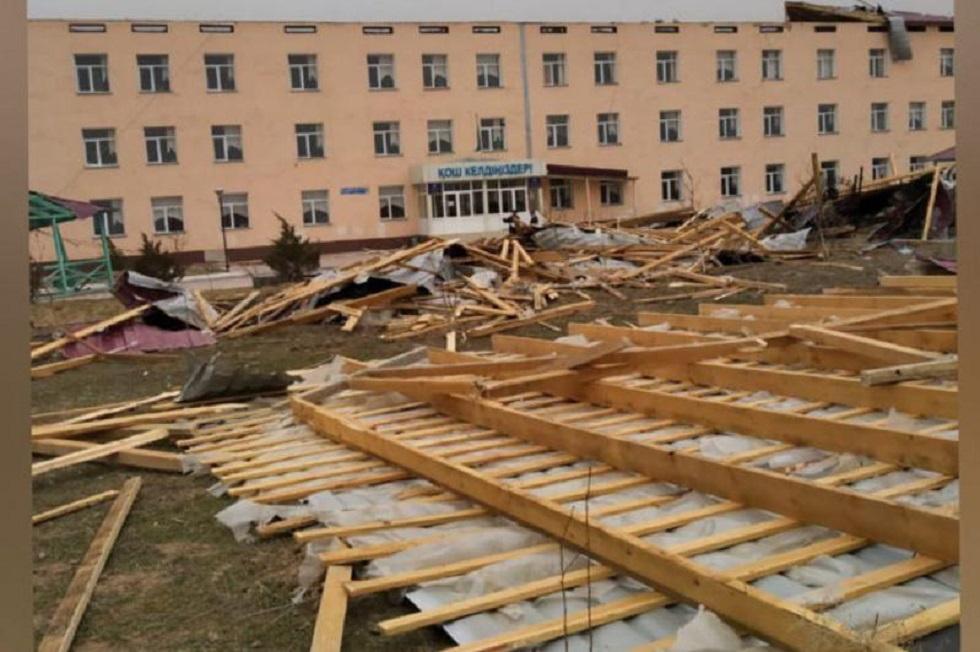 Сильный ветер оставил без крыши школу в Туркестанской области