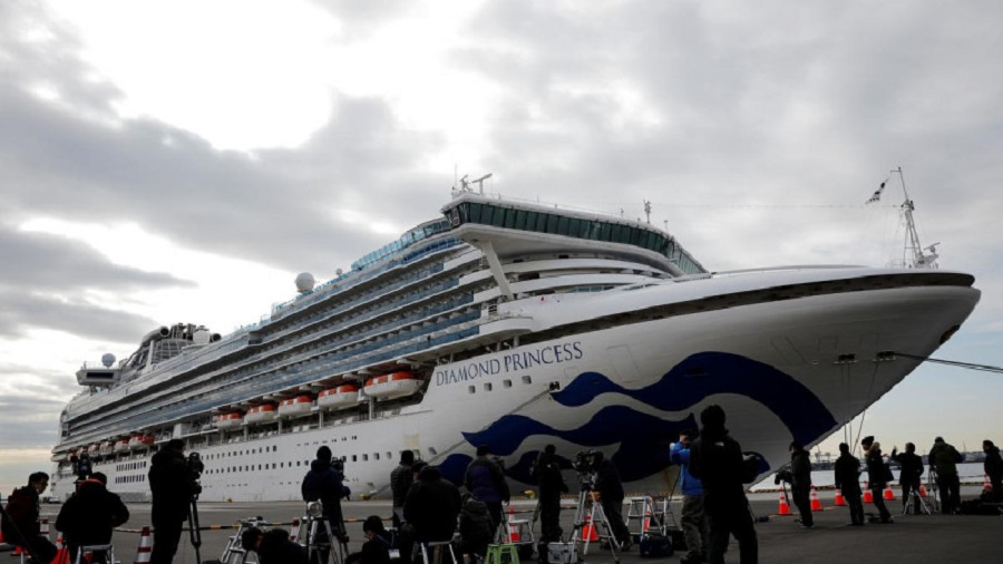 Коронавирусом заразились уже 174 пассажира лайнера в Японии: стресс снимают вином