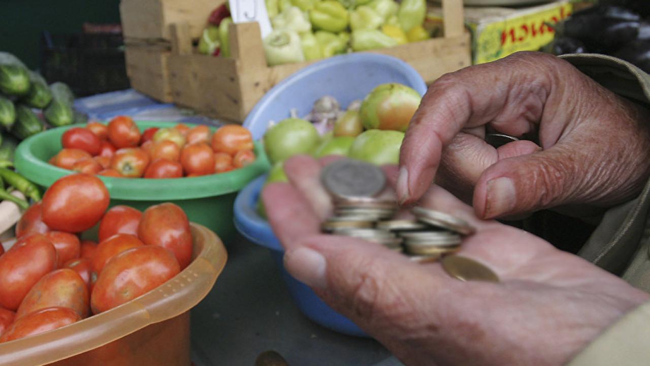 Казахстанцы почти половину своих доходов тратят на еду