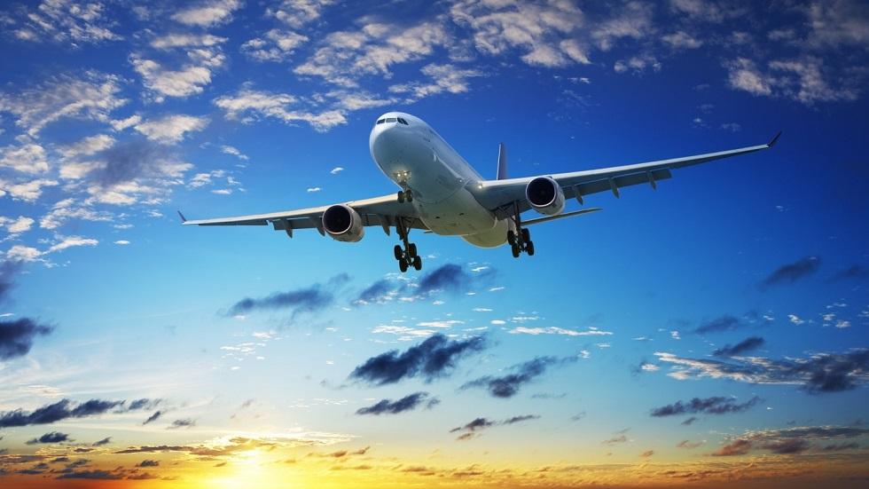 Закусил мобильным телефоном и угрожал стюардессам: неадекватный пассажир сорвал полет