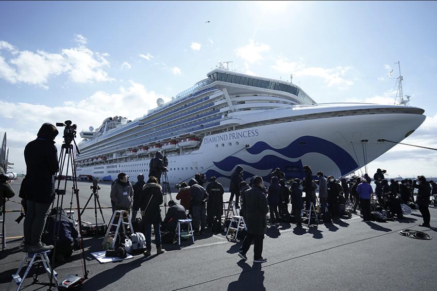 Первых пассажиров карантинного лайнера в Японии сняли с судна