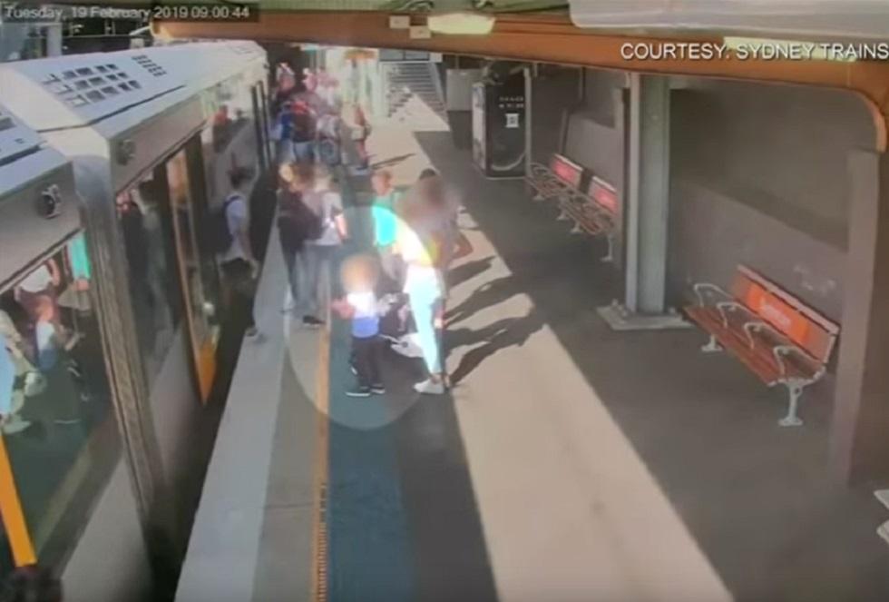Девочка провалилась на рельсы перед входом в поезд - распространено видео