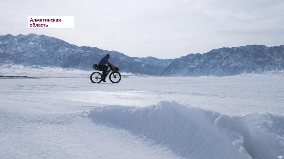 Казахстанец намерен преодолеть 600 км по замерзшему Балхашу на велосипеде