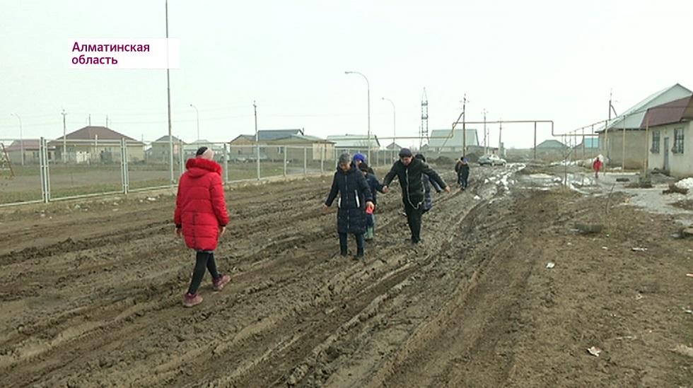 По колено в грязи: в поселке Исаев Алматинской области никак не проложат дороги