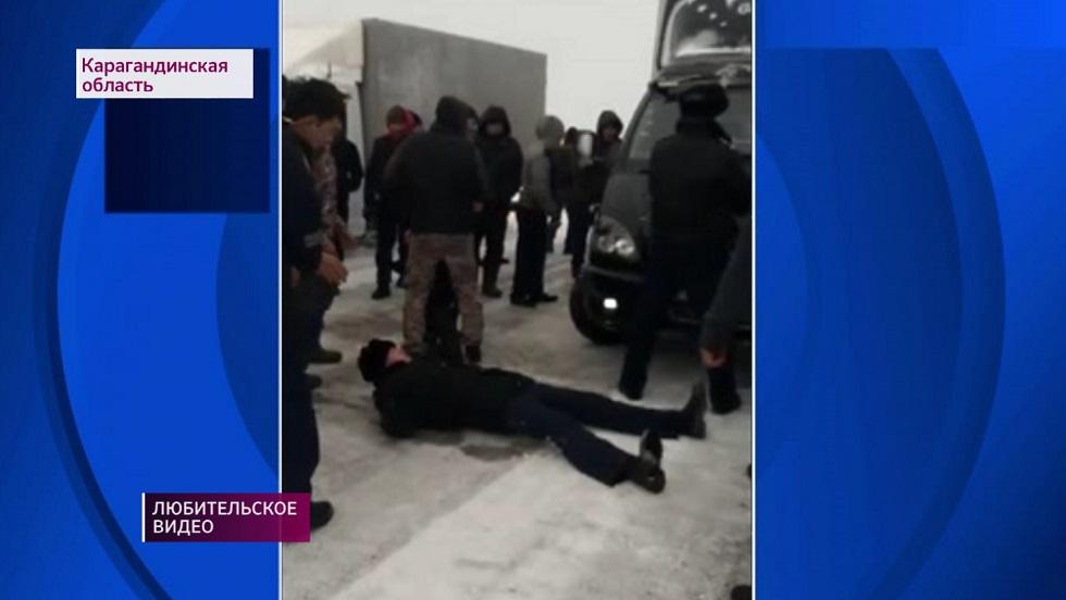Полицейский лег на трассе, чтобы не пропустить транспорт в непогоду
