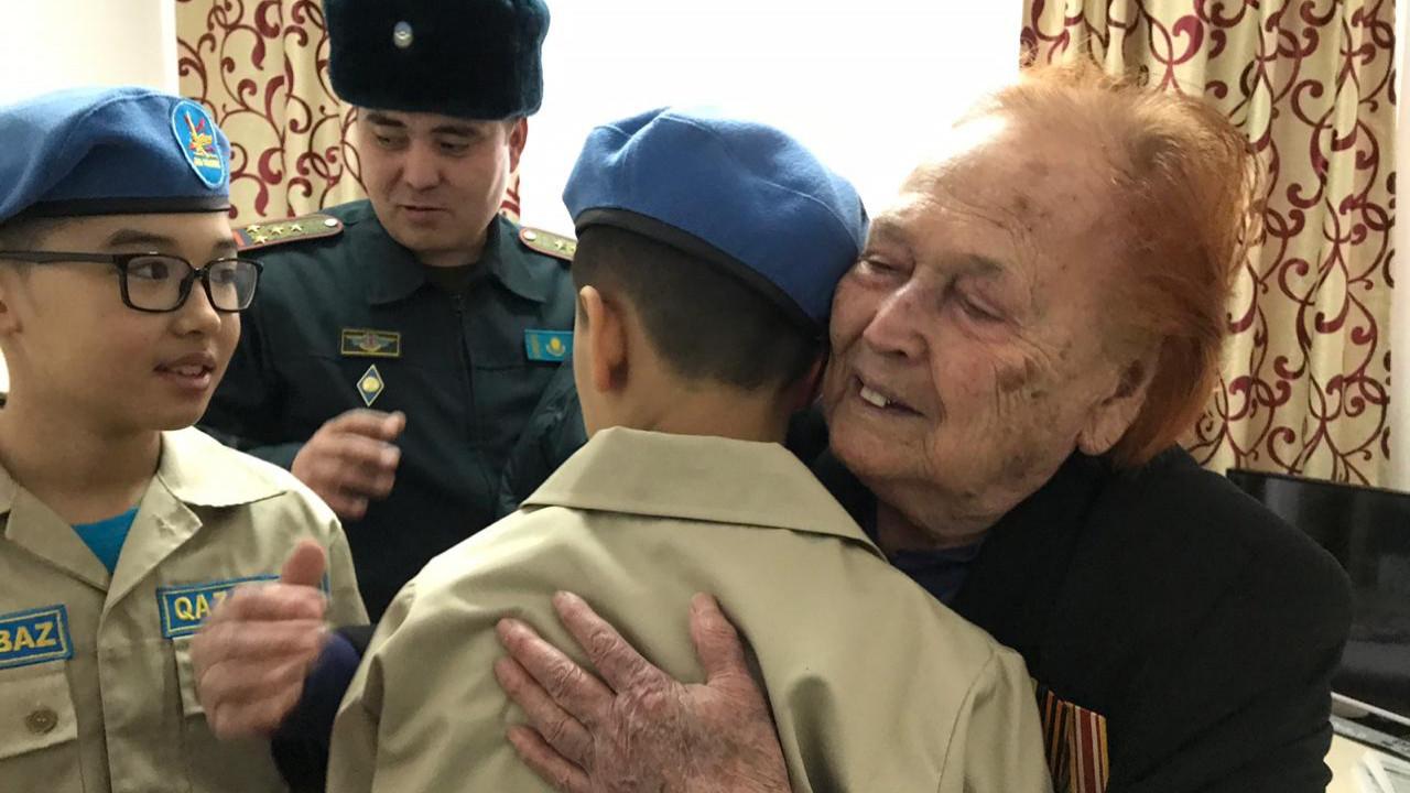 Алматинские военнослужащие поздравили участниц войны с 8 марта