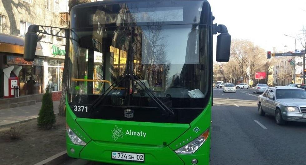 Автобус сбил женщину в центре Алматы
