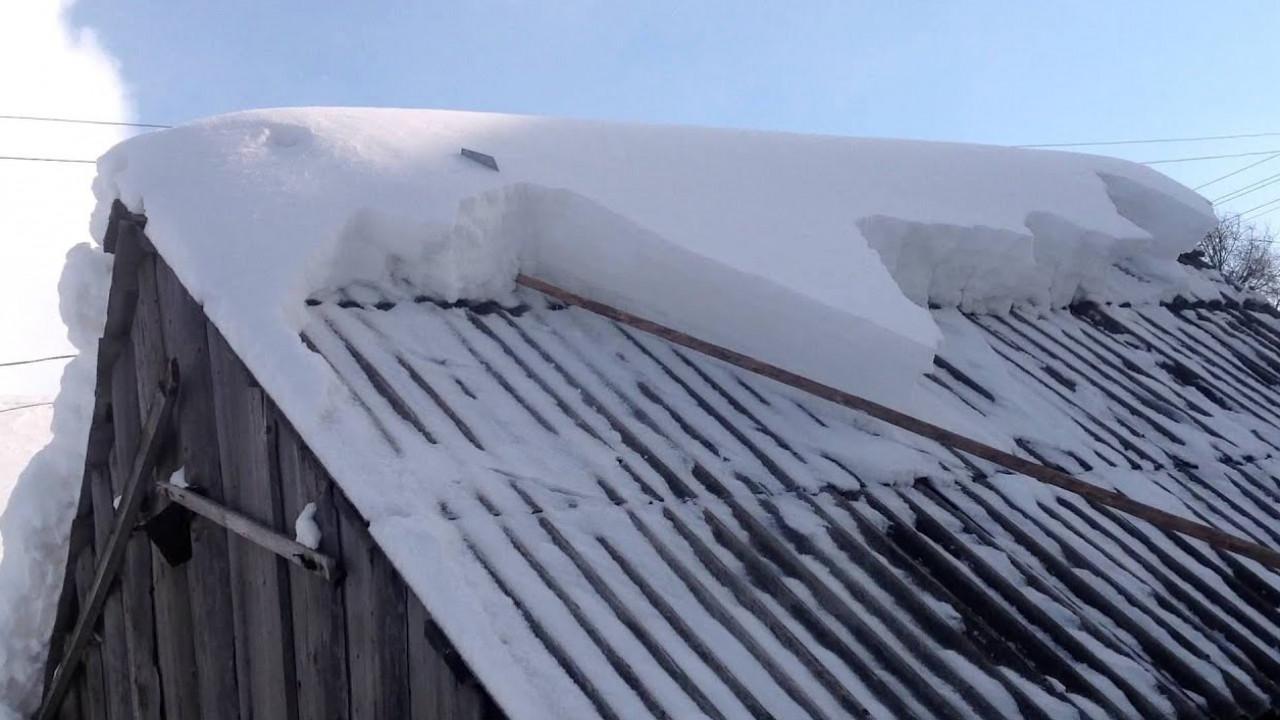 Упавший с крыши снег убил мужчину в ВКО