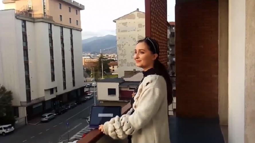 Оперный концерт на балконе устроила алматинская певица в Италии