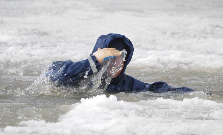 Ребенок провалился под лед и утонул