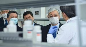 Токаеву показали тесты на коронавирус, изготовленные в Казахстане