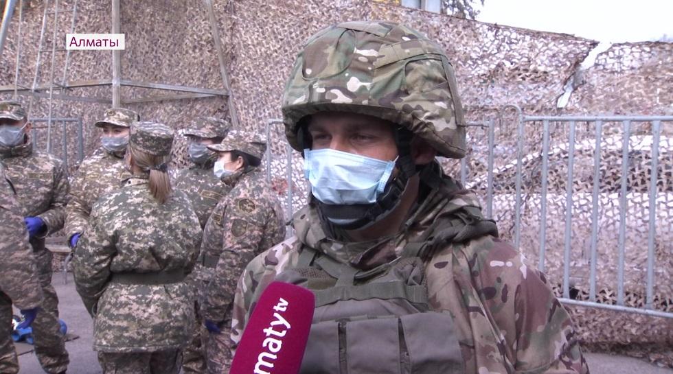 Военнослужащих Алматы, которые дежурят в городе, ежедневно обследуют медики