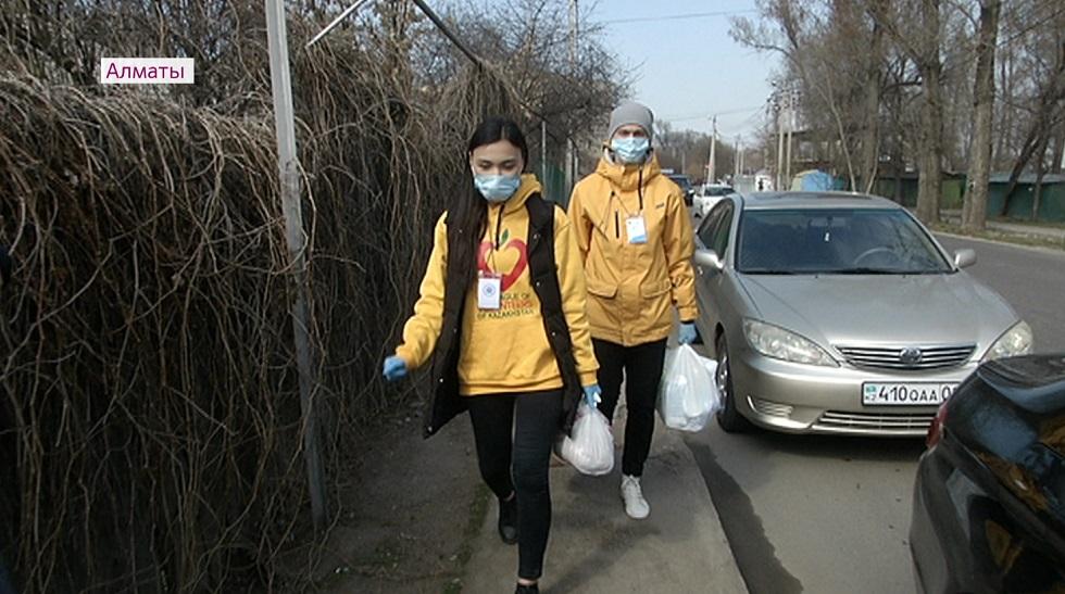 Волонтеры подключаются к благотворительным акциям по раздаче продуктов в Алматы