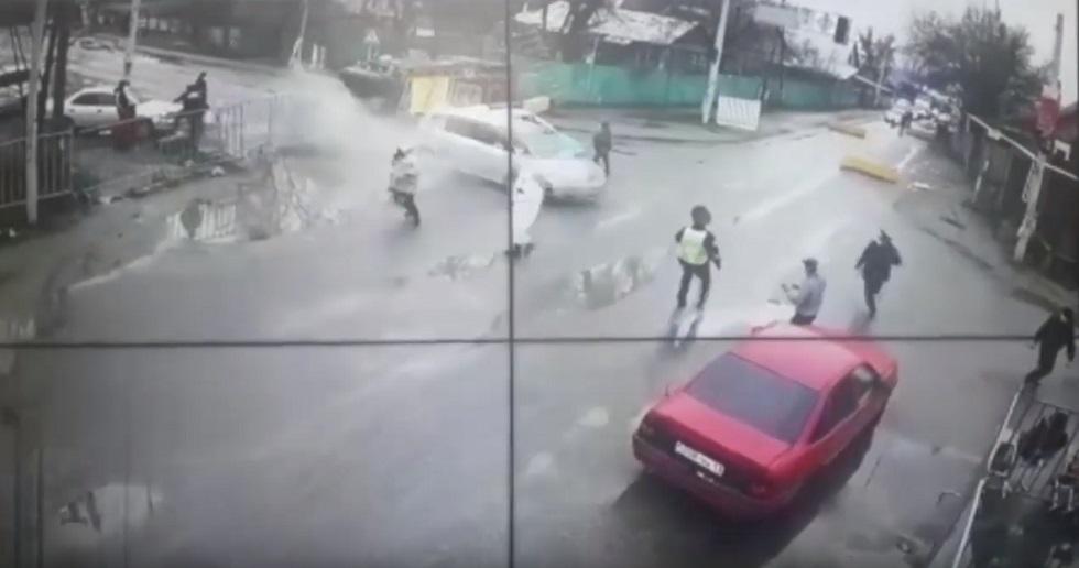 Пьяный водитель протаранил блокпост в Алматы: полицейского с переломами доставили в больницу