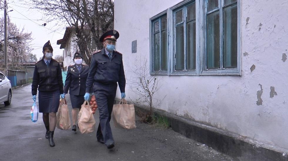 Голодающей семье из шести человек помогли полицейские Алматы