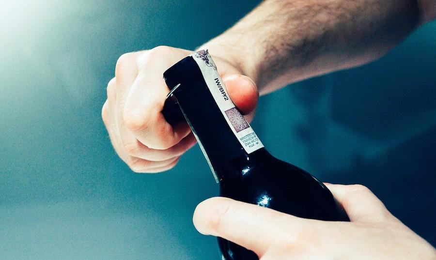 Мужчина проник в чужой дом, выпил алкоголь и уснул на месте преступления