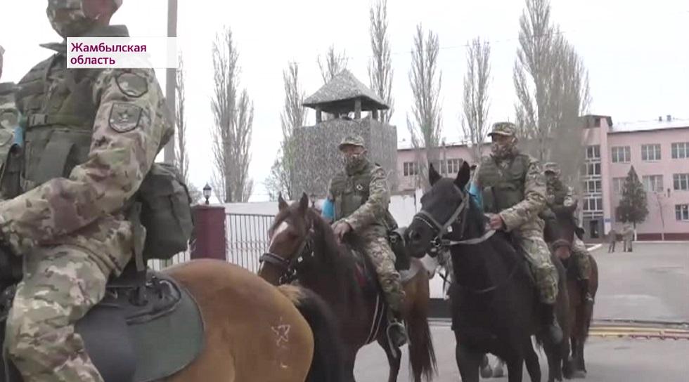 На блокпостах Тараза дежурят конные патрули