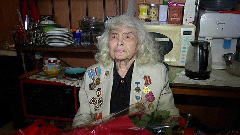 101-летнюю алматинку поздравили с предстоящим Днем Победы власти Жетысуского района