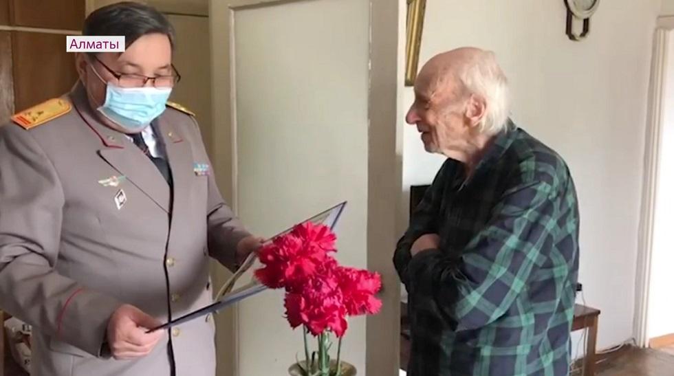 Абдижамила Нурпеисова и Юрия Померанцева поздравили с Днем Победы