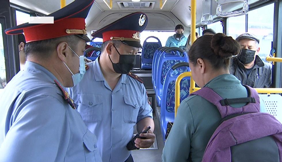 Алматинцы стали пренебрегать ношением масок в общественном транспорте