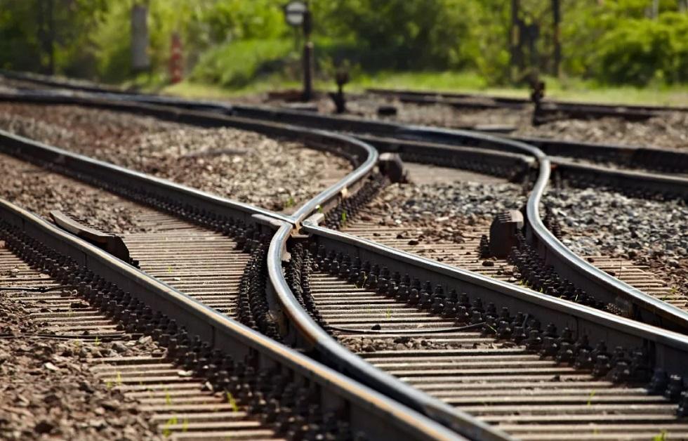 Поезд столкнулся с манипулятором в Алматинской области