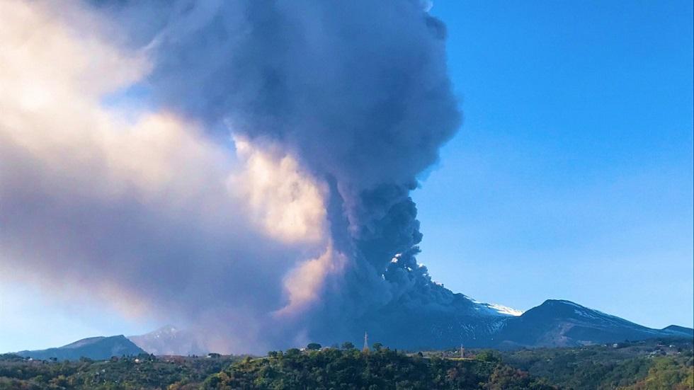 Столб пепла выбросил крупнейший вулкан Европы