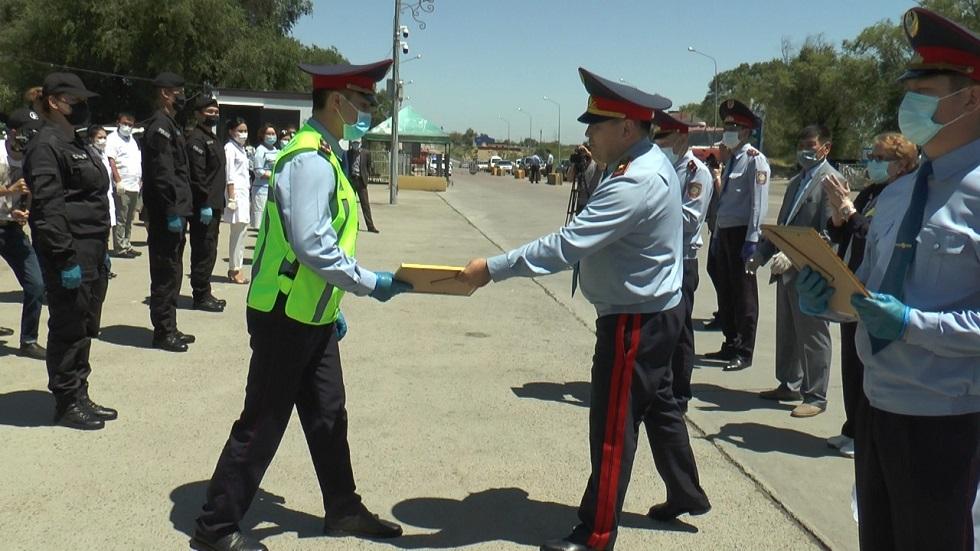 Таймерденов наградил сотрудников полиции, работавших на блокпостах в Алматы